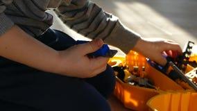 男孩由设计师演奏 儿童比赛 孩子折叠塑料设计师 股票视频