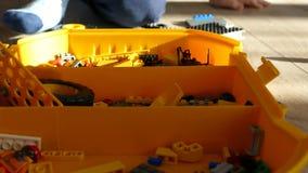 男孩由设计师演奏 儿童比赛 孩子折叠塑料设计师 影视素材