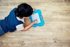 男孩画在艺术委员会的一张图片 免版税库存照片