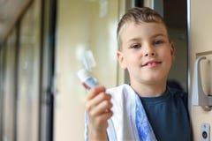 男孩画笔粘贴牙培训无盖货车 免版税图库摄影