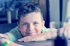 男孩画象与一个日灼的鼻子的10年 免版税库存图片