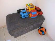 男孩的五颜六色的玩具 免版税库存照片