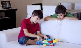 年轻男孩的使用与玩具 免版税库存图片