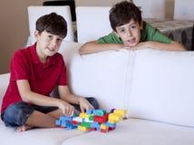 年轻男孩的使用与玩具 免版税库存照片