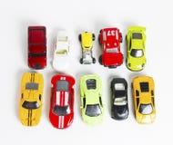 男孩的十辆现代赛跑的五颜六色的玩具汽车白色的 库存照片
