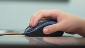 男孩的手使用一个计算机老鼠特写镜头,打比赛 股票录像