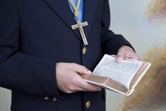 男孩的手的细节在一套蓝色圣餐衣服穿戴了 免版税库存照片