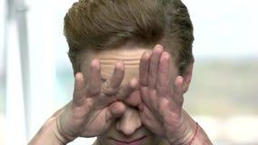 男孩的接近的面孔有疲乏的眼睛的 股票录像