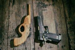 男孩的玩具枪 免版税库存照片