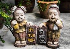 男孩的雕象和女孩站立微笑 免版税图库摄影