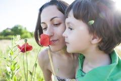 男孩看一朵花 免版税库存图片