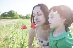 男孩看一朵花 免版税库存照片