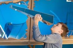 男孩看尼克Moores Kaleidosphere。Kaleidosphere是一个现代3D万花筒 免版税图库摄影