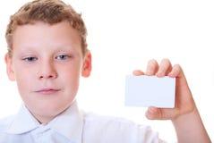 男孩看板卡递暂挂 免版税库存图片