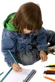 男孩着色笔记本 免版税库存图片