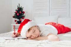 男孩睡着了文字信件对圣诞老人 库存图片