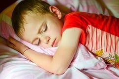 男孩睡觉 免版税库存照片