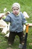 男孩砍刀惊奇的木头 免版税库存图片