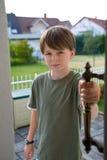 男孩确信门把手开放前青少年 库存图片
