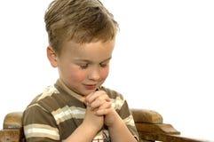 男孩祈祷的一点 免版税库存照片
