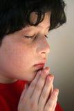 男孩祈祷的年轻人 库存图片