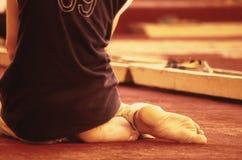 男孩祈祷的年轻人 图库摄影