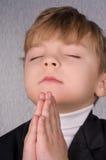 男孩祈祷 免版税图库摄影