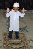 男孩穆斯林祈祷 库存图片