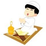 男孩穆斯林祈祷 免版税图库摄影