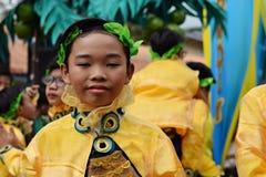 男孩穿的华丽椰子服装,他们在街道上跳舞 库存图片