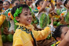 男孩穿的华丽椰子服装,他们在街道上跳舞 免版税库存照片