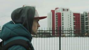 年轻男孩穿过城市走 股票录像