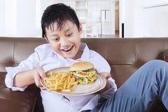 男孩立即可食的速食在家 免版税库存图片