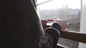 男孩站立在与一种片剂的火车窗口在他的手上 内部加速的培训旅行 假期旅游业,旅行世界 股票视频