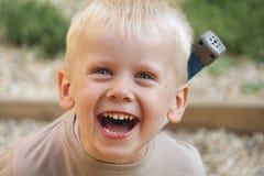 年轻男孩笑 免版税图库摄影