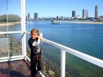 男孩等待他的在英属黄金海岸的游艇巡航 澳洲 免版税库存图片