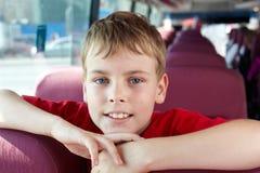 男孩纵向在公共汽车上 库存图片