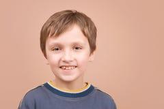 男孩纵向微笑的年轻人 免版税库存图片