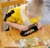 男孩绘画牌照 库存图片