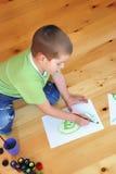 男孩绘画 库存照片