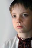 男孩给国家乌克兰人穿衣 免版税库存图片