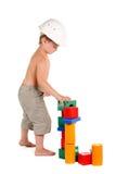 男孩编译房子小的玩具 免版税图库摄影