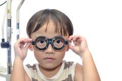 男孩考试眼睛 免版税库存图片