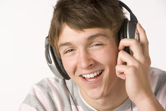 男孩耳机听的音乐少年 免版税图库摄影
