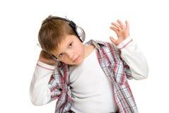 男孩耳机听音乐 库存图片