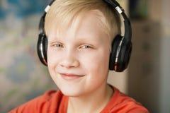 男孩耳机微笑 免版税库存图片