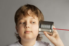 男孩能听电话锡 免版税库存图片