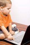 男孩膝上型计算机丝毫工作 免版税图库摄影