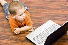 男孩膝上型计算机丝毫工作 库存照片