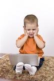 男孩膝上型计算机丝毫工作 免版税库存图片
